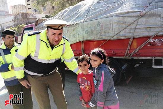 رجال الشرطة يوزعون ورود وحلوى على المواطنين وقائدى السيارات بشوارع الشرقية (6)