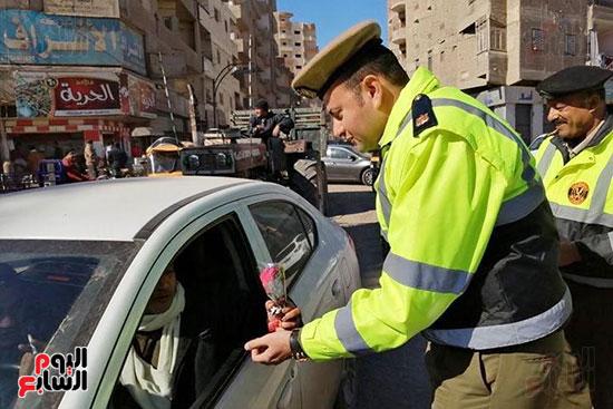 رجال الشرطة يوزعون ورود وحلوى على المواطنين وقائدى السيارات بشوارع الشرقية (9)