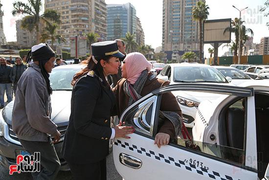 مواطنة تشارك ضابط الاحتفال بعيد الشرطة