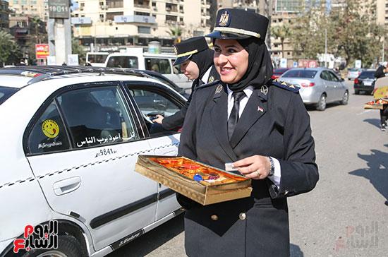 ضابطة توزع الحلوى بميدان مصطفى محمود