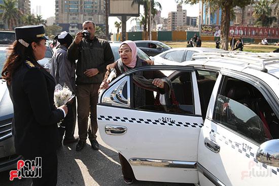مواطنة تشارك فى الاحتفال بعيد الشرطة