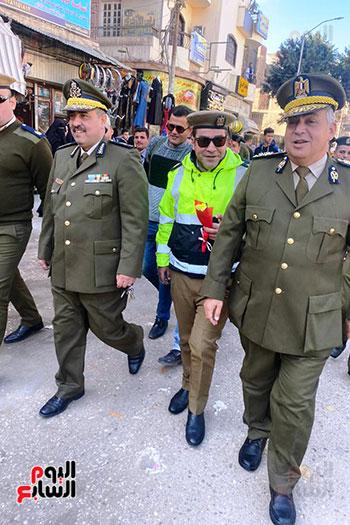 رجال الشرطة يوزعون ورود وحلوى على المواطنين وقائدى السيارات بشوارع الشرقية (15)