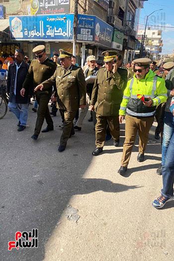 رجال الشرطة يوزعون ورود وحلوى على المواطنين وقائدى السيارات بشوارع الشرقية (16)