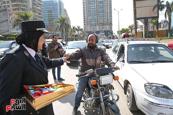 توزيع الحلوى على المواطنين