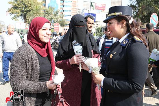 توزيع الورود على المواطنان