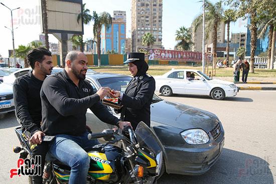 توزيع الحلوى على المواطنين بميدان مصطفى محمود