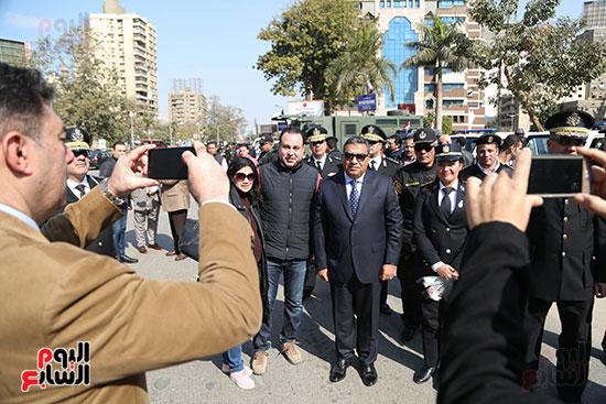 مواطنون يلتقون صور تذكارية مع مدير أمن الجيزة