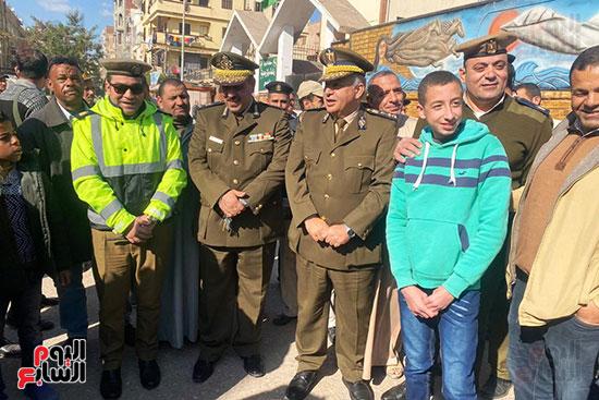 رجال الشرطة يوزعون ورود وحلوى على المواطنين وقائدى السيارات بشوارع الشرقية (14)