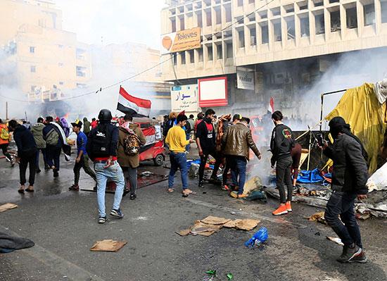 قوات الأمن العراقية تحرق خيام المعتصمون فى ميدان التحرير ببغداد