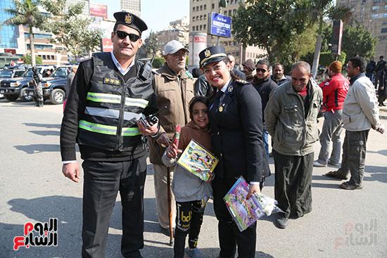 طفلة تشارك الشرطة الاحتفال