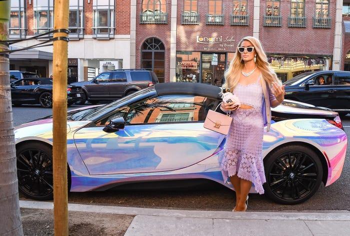 باريس هيلتون بفستان أرجوانى أنيق مطابق لسيارتها