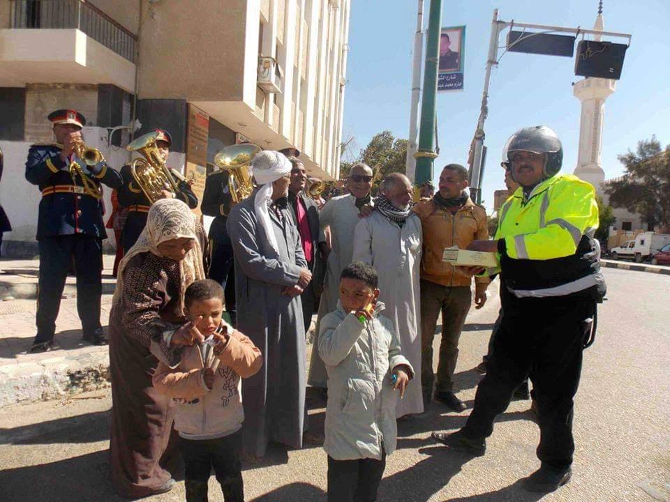 امن الوادى الجديد يحتفل بعيد الشرطة بتوزيع الحلوى على المواطنين (1)