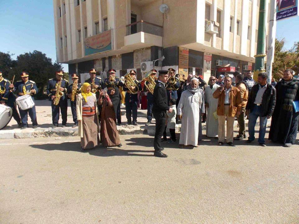 امن الوادى الجديد يحتفل بعيد الشرطة بتوزيع الحلوى على المواطنين (2)
