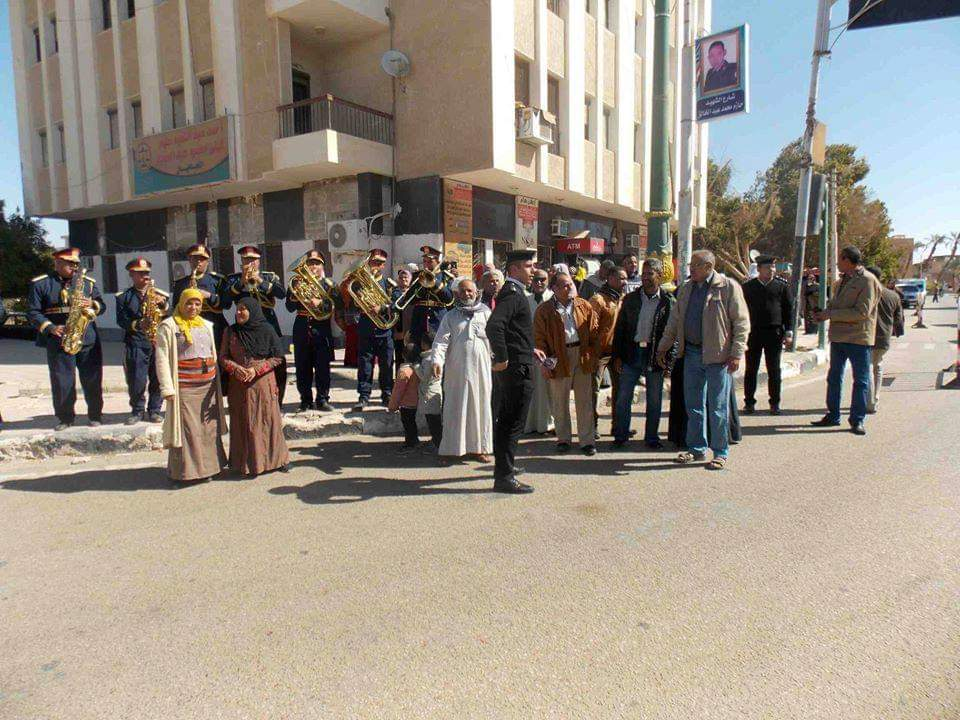 امن الوادى الجديد يحتفل بعيد الشرطة بتوزيع الحلوى على المواطنين (5)