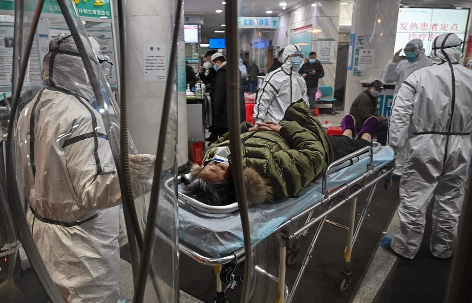 23869692-7929657-A_patient_is_treated_for_coronavirus_in_Wuhan_Red_Cross_Hospital-a-17_1579994498464