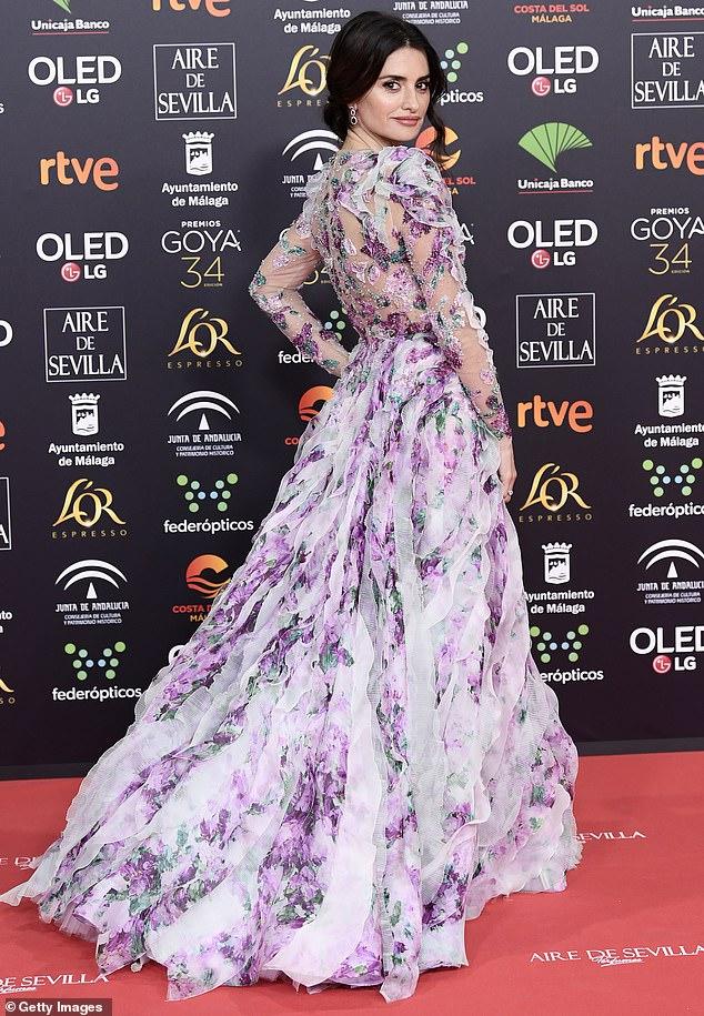 بينيلوبي كروز في فستان أرجوانى مزين بالزهور