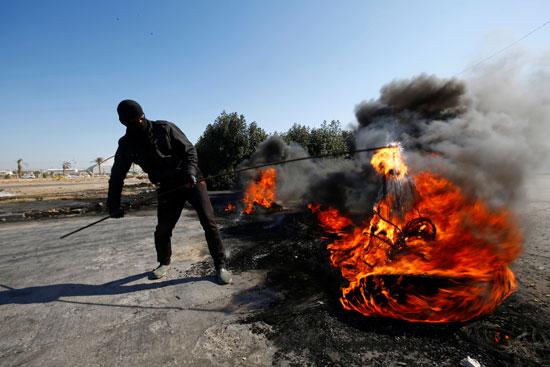 المتظاهرون-العراقيون-يحرقون-الإطارات