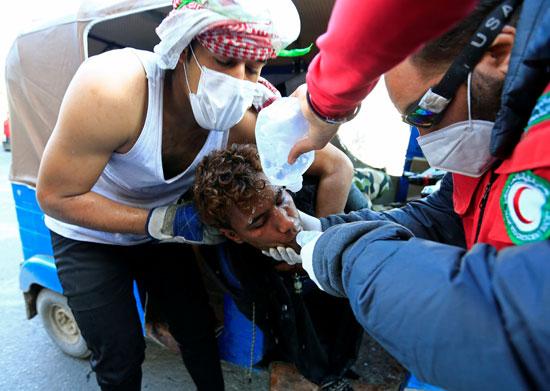 متظاهر-يتلقى-الرعاية-الصحية