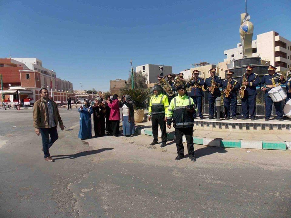 امن الوادى الجديد يحتفل بعيد الشرطة بتوزيع الحلوى على المواطنين (6)