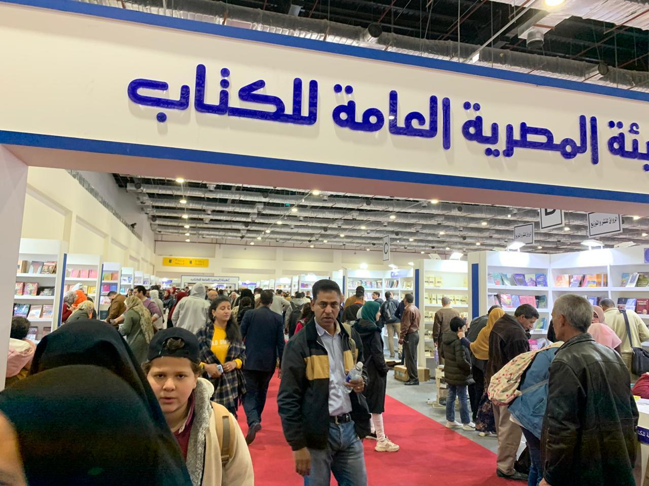 المصريون يبدأون يوم جديد فى معرض القاهرة للكتاب  (2)