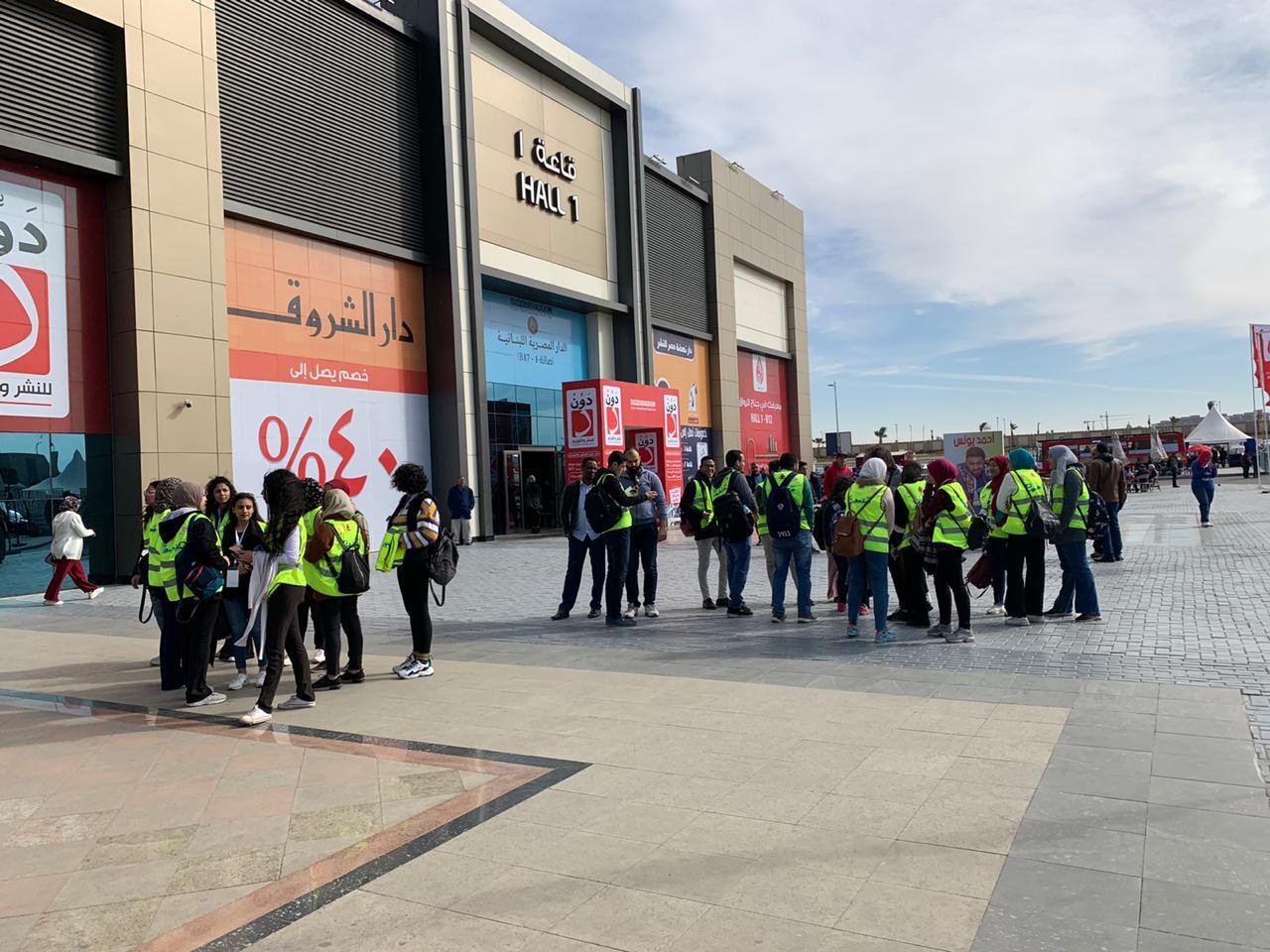 المصريون يبدأون يوم جديد فى معرض القاهرة للكتاب  (3)
