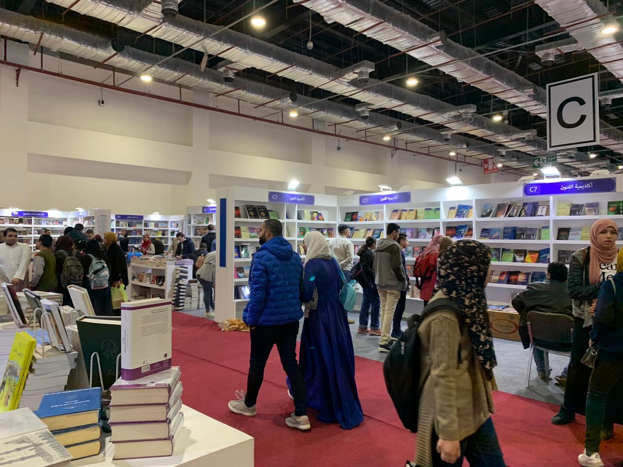 المصريون يبدأون يوم جديد فى معرض القاهرة للكتاب  (9)