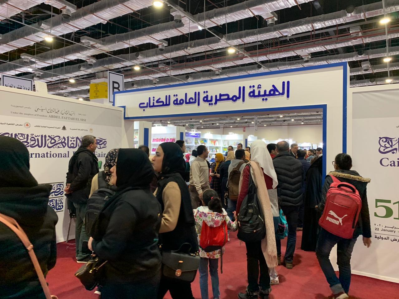 المصريون يبدأون يوم جديد فى معرض القاهرة للكتاب  (1)