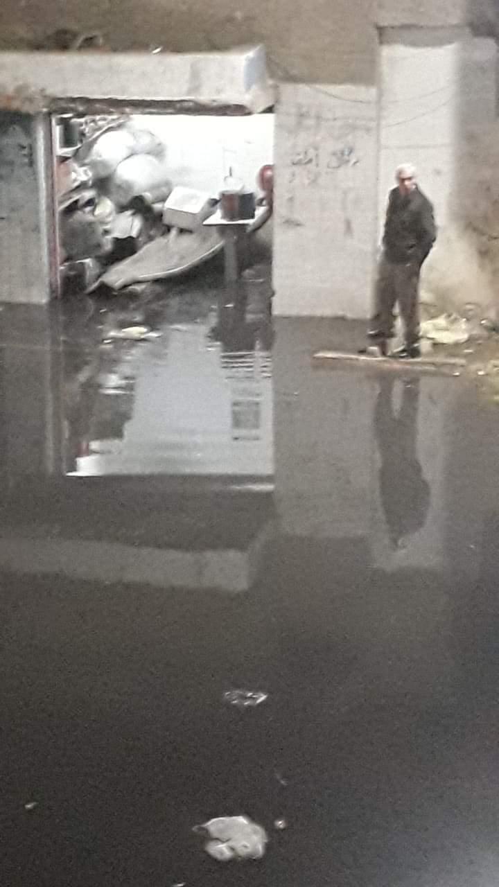 غرق شوارع منطقة أبو شاهين بالمحلة بمياه الصرف الصحى (1)