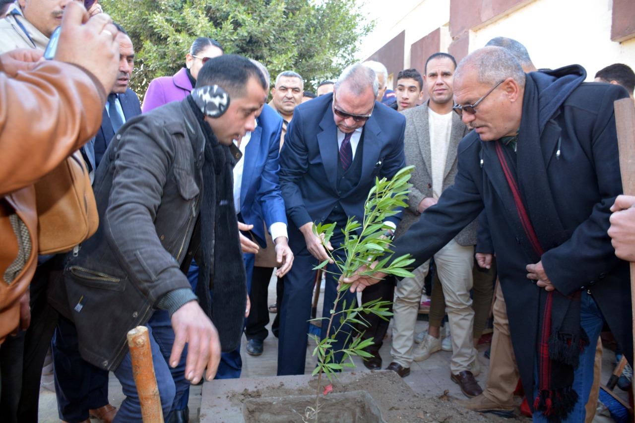 محافظ القليوبية بمبادرة التحول للأخضر لزراعة الاشجار المثمرة (5)