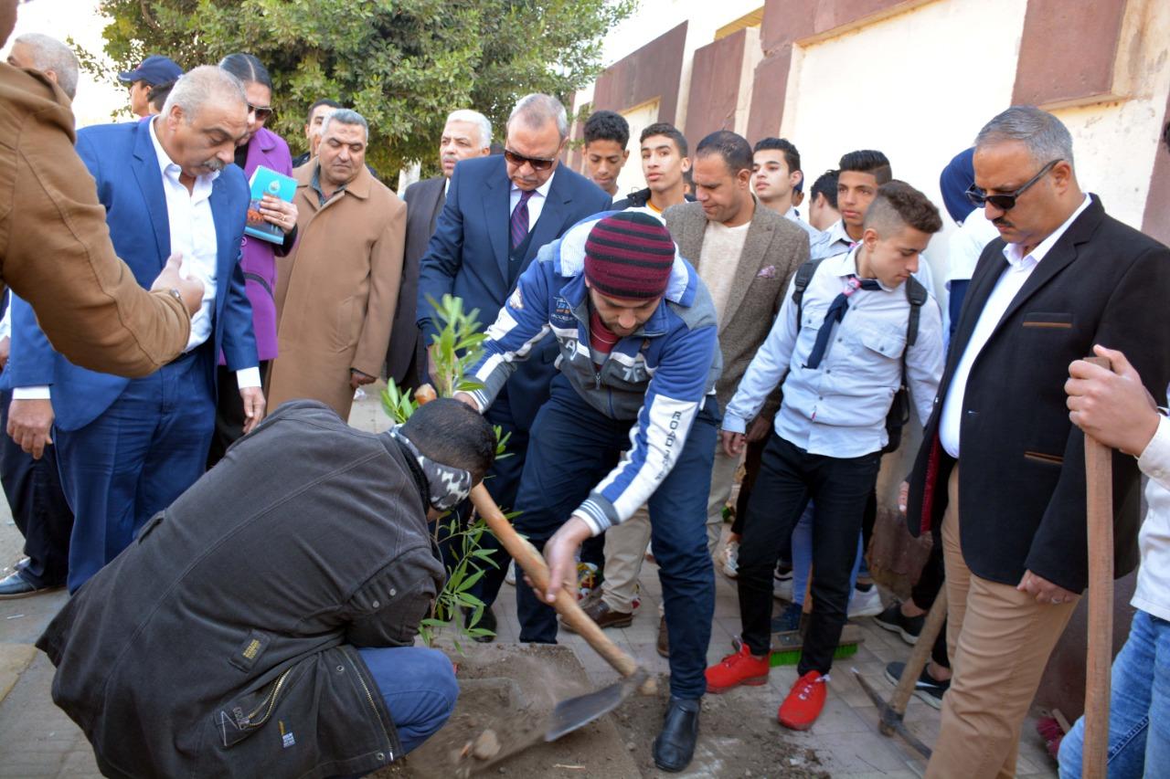 محافظ القليوبية بمبادرة التحول للأخضر لزراعة الاشجار المثمرة (2)
