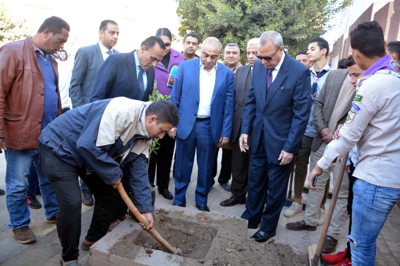 محافظ القليوبية بمبادرة التحول للأخضر لزراعة الاشجار المثمرة (1)
