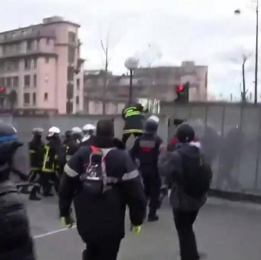 اشتباكات بين شرطة فرنسا ورجال الاطفاء