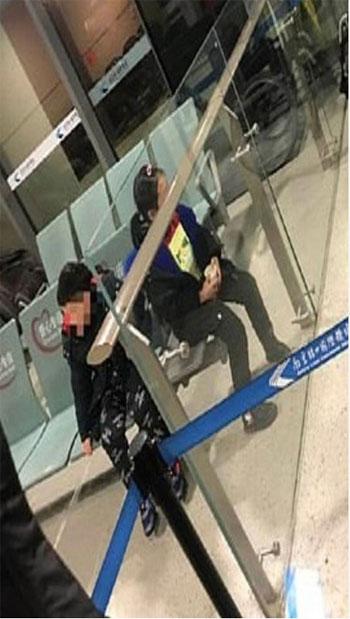 الصبى والفتاة أثناء وجودهم بالمطار