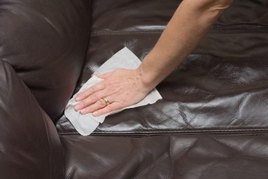 طرق مختلفة لتنظيف الأريكة