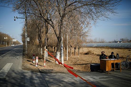 سكان ضواحى بكين يجلسون لمنع دخول الغرباء