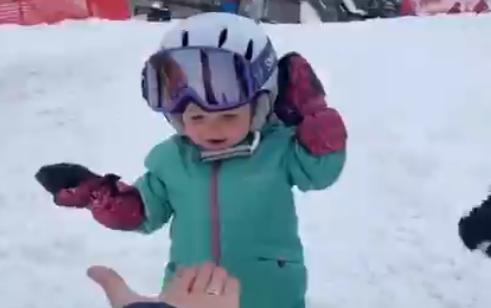 طفلة امريكية لحظة تزلجها على الجليد