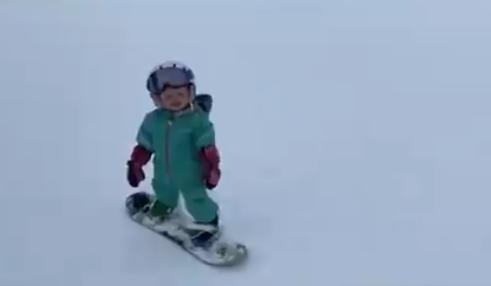 طفلة امريكية تتزلج على الجليد
