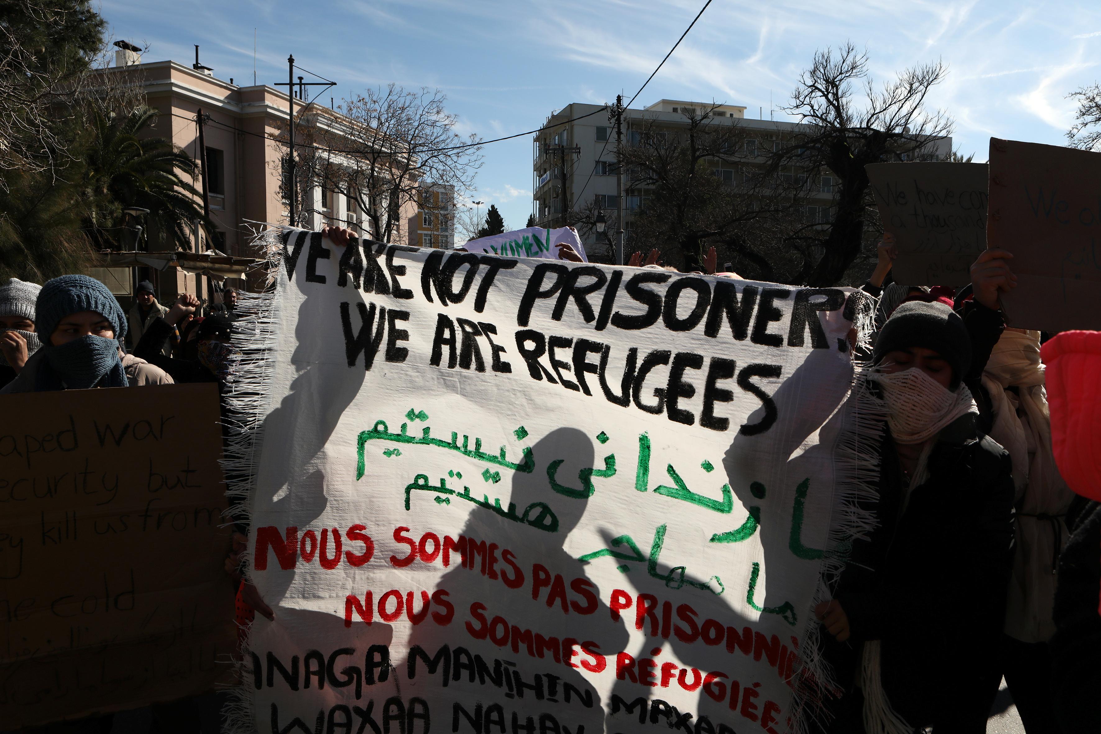لافتات مناهضة لسوء الاوضاع فى المخيم