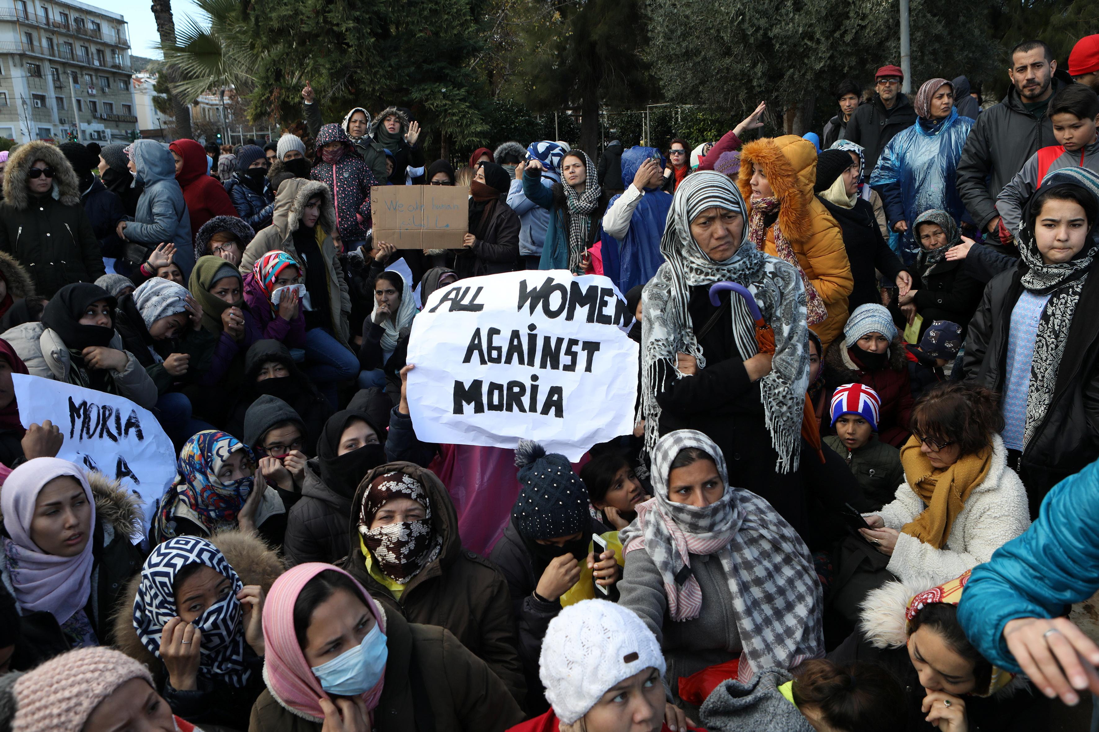 احتجاجات السيدات ضد اوضاع المخيم