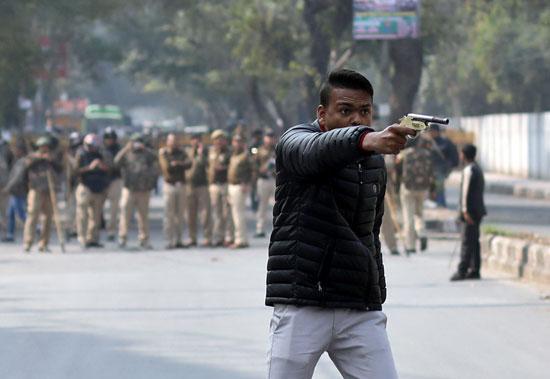 رجل-يلوح-بمسدس-فى-احتجاجات-الهند