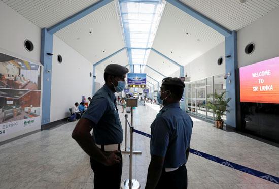 موظفو الخطوط الجوية السريلانكية يرتدون أقنعة في مطار باندارانايكي الدولي