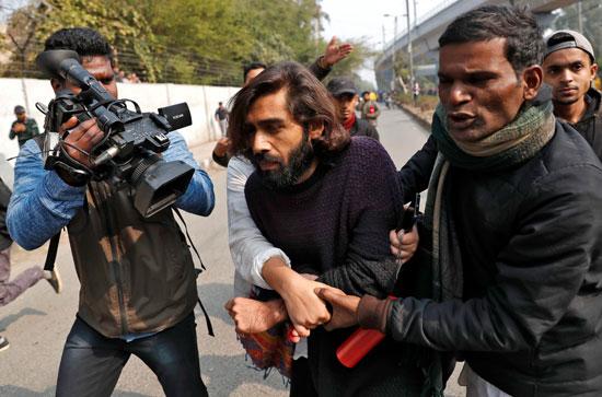 الشرطة-تلقى-القبض-على-متظاهر