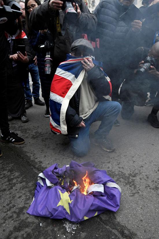 رجل يضرم النار فى علم بريكست