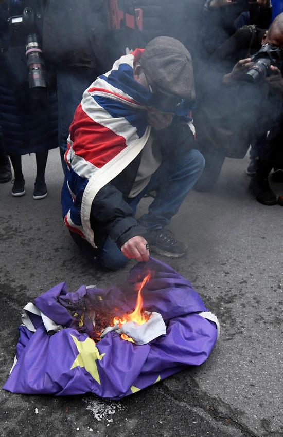 رجل يضرم النار
