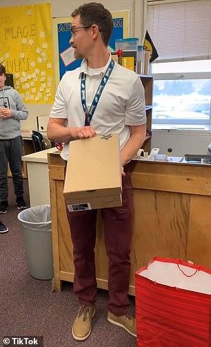 المدرس يفتح الهدية