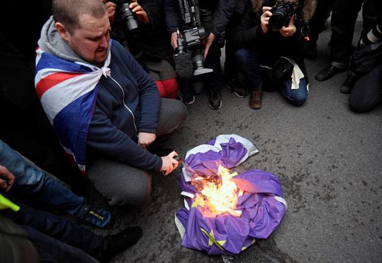 النار تلتهم علم الاتحاد الاوروبى