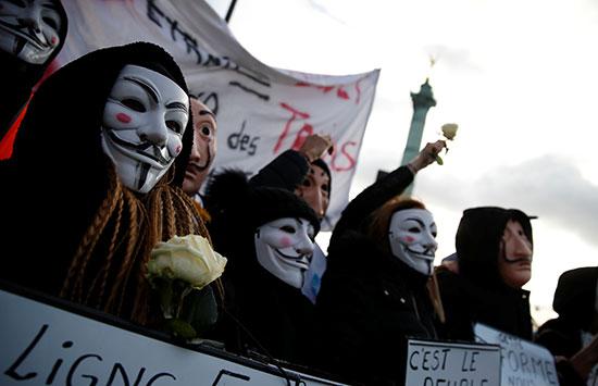 رتدي المتظاهرون أقنعة جاي فوكس وسلفادور دالي أثناء حضورهم مظاهرة خلال اليوم 31 من الاضراب