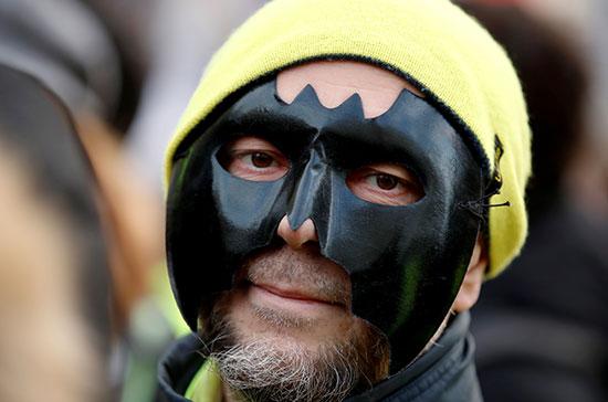 متظاهر يشاك فى المظاهرات ضد سياسات الحكومة الفرنسية