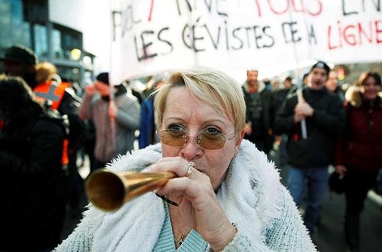 مظاهرات خلال اليوم الحادي والثلاثين على التوالي من الإضراب ضد خطط إصلاح معاشات الحكومة الفرنسية