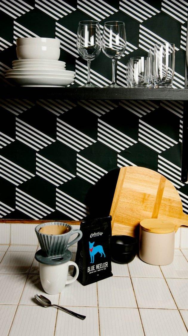 أفكار لتغيير ديكور مطبخك بورق الحائط.. 151912-%D8%A7%D9%84%D8%A3%D8%B3%D9%88%D8%AF-%D9%88%D8%A7%D9%84%D8%AC%D8%B1%D8%A7%D9%81%D9%8A%D9%83